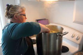 Ariane Berger prépare la soupe.