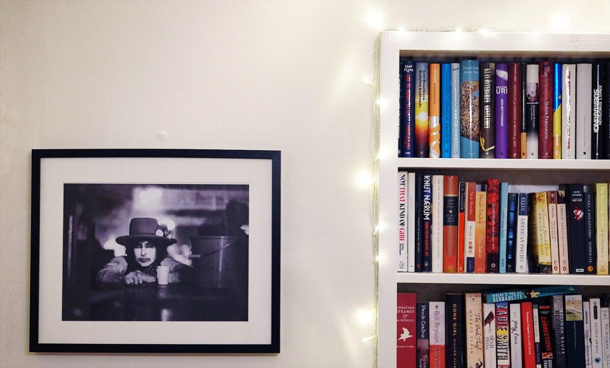 Bilde av Bob Dylan og en bokhylle.