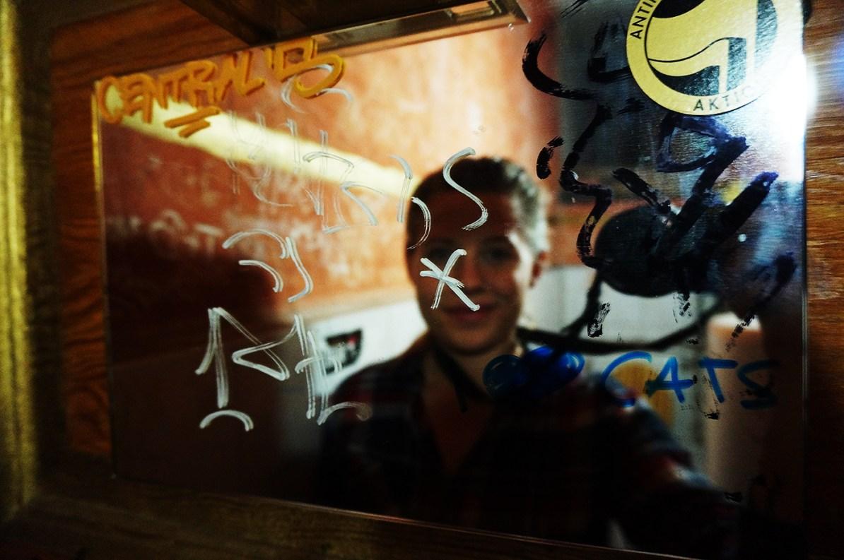 Carina Behrens tar bilde av seg selv i et overtegnet speil i Berlin.