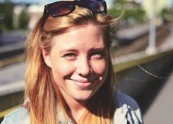 Gammelt bilde av Carina Behrens som smiler med solbriller på hodet. carinabehrens.com