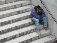 Hombre durmiendo sentado en escaleras del metro.Bilbao 2001