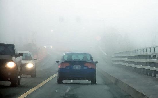 voitures dans la brume