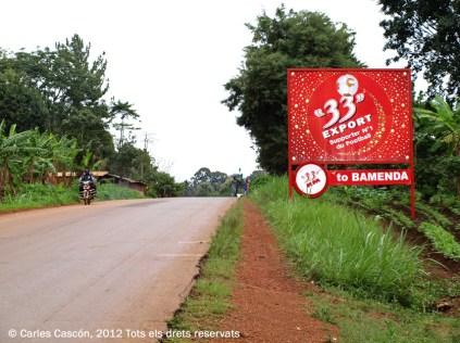 La cervesa 33 ens recorda que som a 33 km. de Bamenda. Una original publicitat que es repeteix a tot el país