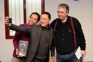 Juan de la Fuente Umetsu se hace un selfie junto a la poetisa Leticia Quemada y al poeta Antonio Ruiz Pascual