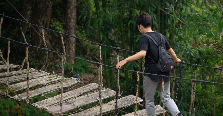 Menino atravessando a ponte em busca de seus sonhos