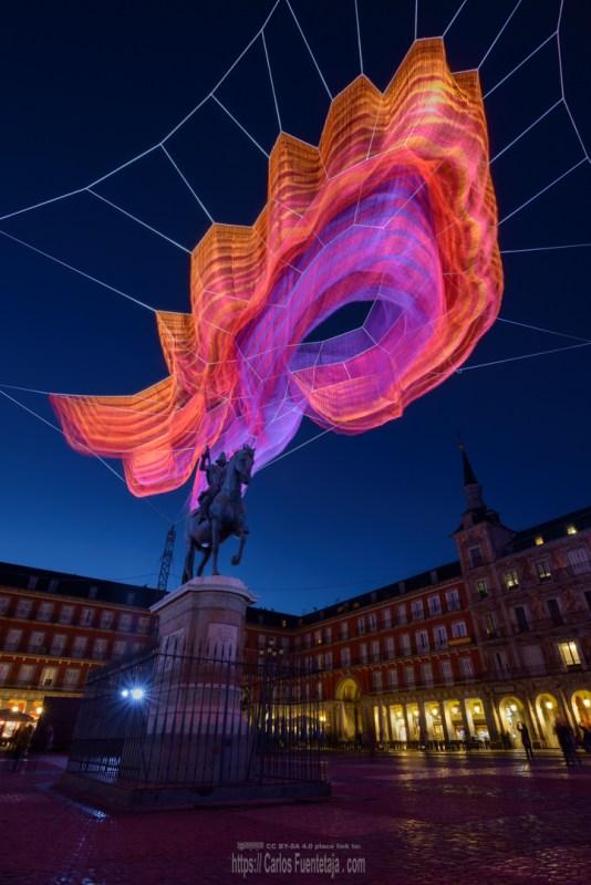 Escultura de luz por Janet Echelman en la hora azul de Madrid