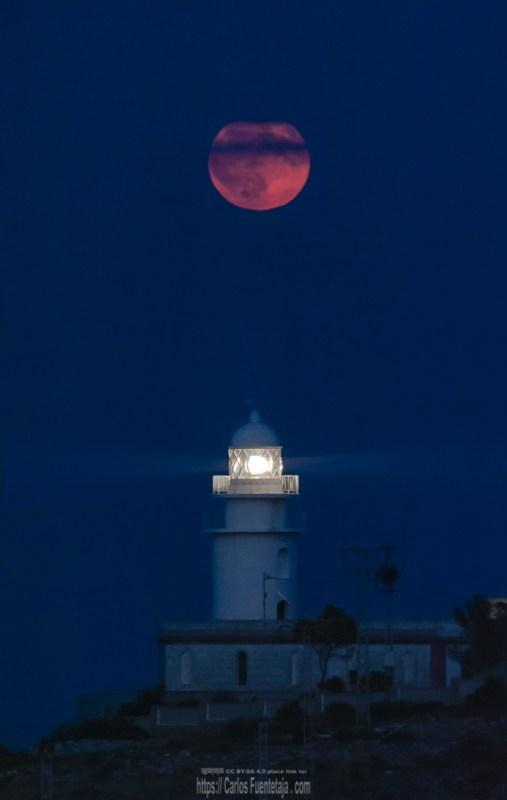 Salida de la luna llena sobre el Faro de San Antonio, Javea, Alicante, en la hora azul.