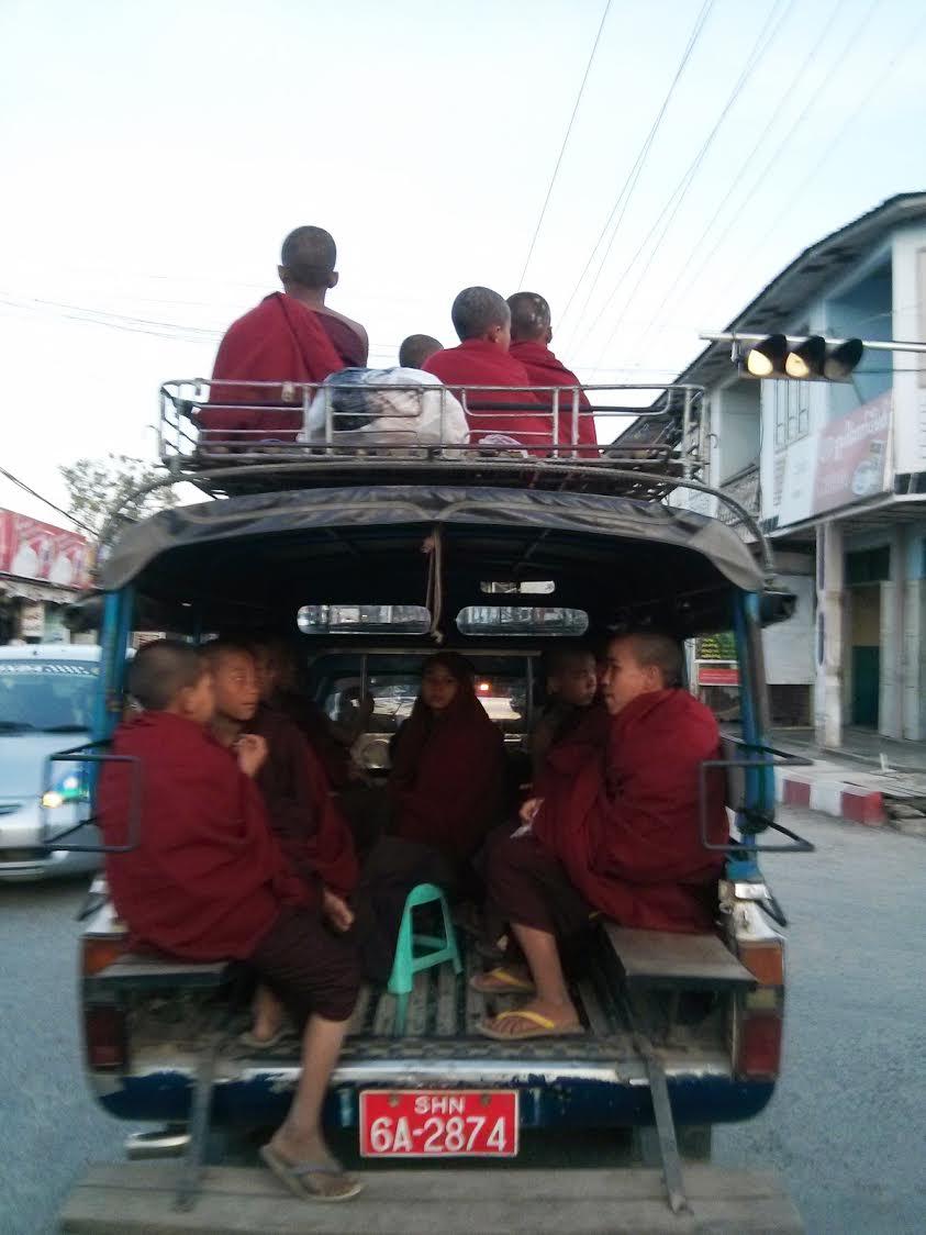 Niños budistas birmanos