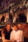 Con los papás junto al dinosaurio