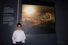 Junto a mi foto en la exposición