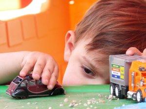 Lucas jugando con un camión