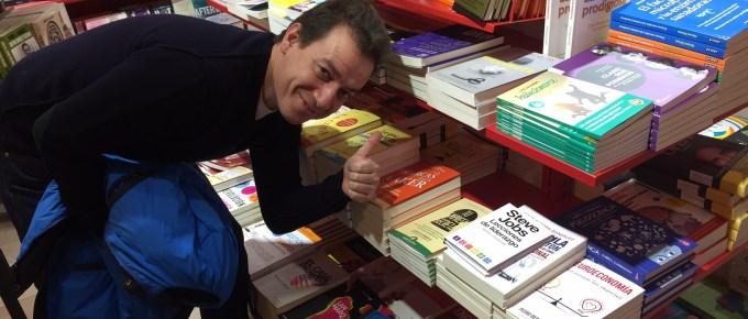 ¡Nuestro libro en un aeropuerto! :)