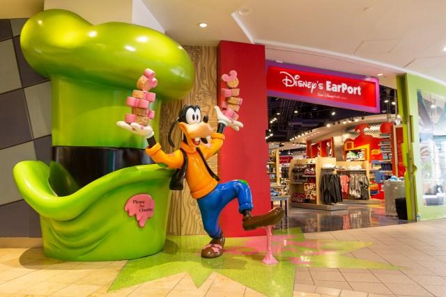 Airport layover Orlando Disney store Goofy photo Carltonaut's travel tips