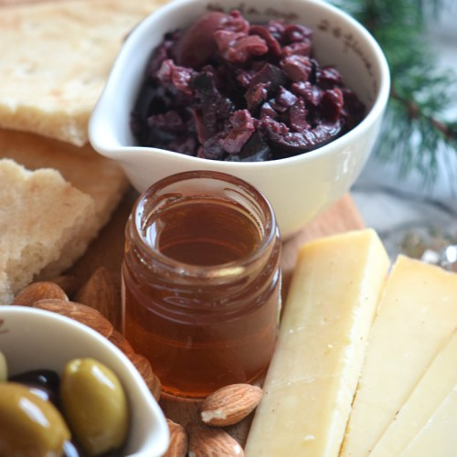 How to make an Olive tapenade perfect for the Holidays in under 3 minutes! | carmelapop.com