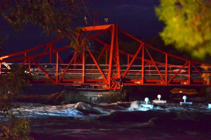 El agua de la creciente a pocos metros de llegar al Puente Giratorio de Carmelo esta noche (Foto: S. Olivera).