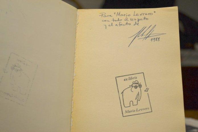 El libro y su enigmática dedicatoria que luego descubrimos.