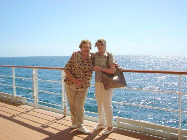 Martha siguió viajando en barco. Aquí una foto del 2012 junto a una amiga en un crucero por Brasil. Martha es la señora de la cartera. (foto de su facebook personal)