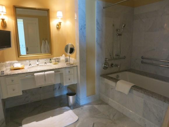 Four Seasons Hotel Westlake Village - Deluxe Bedroom Bathroom