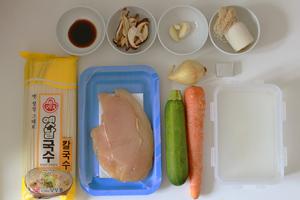 préparation de la soupe de nouilles au poulet
