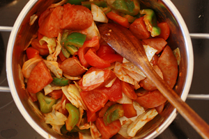préparation du sausage yachae bokkeum