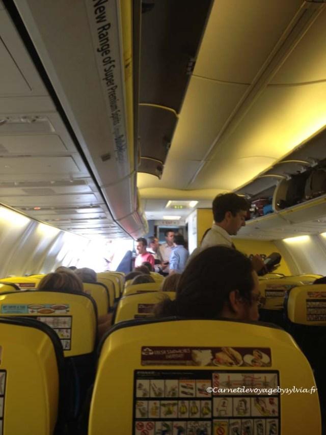 Ryanair - porte de l'avion ouverte.