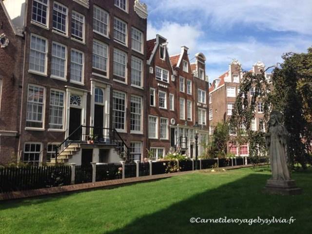 Faire du vélo à Amsterdam- jardin de béguinage