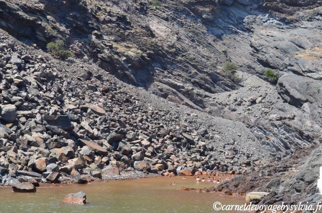 nager dans les sources d'eau chaude au pied de la Caldera