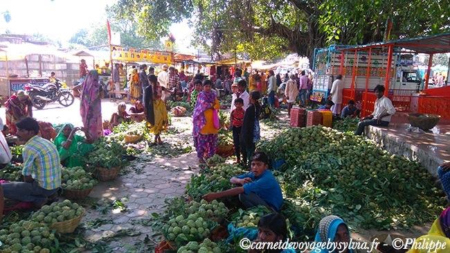 Vente de feuilles de Bethel et de pommes cannelle sur le marché