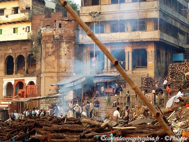 Scène de crémation à Varanasi.