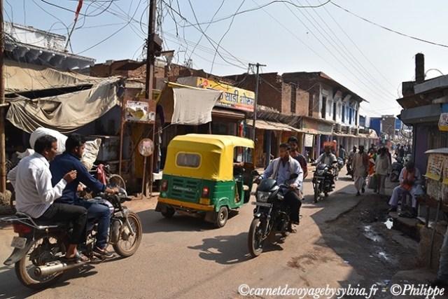 Scène de vie en Inde avec les fameux rickhaw.