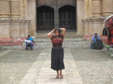 jeune femme devant le temple Santo Domingo