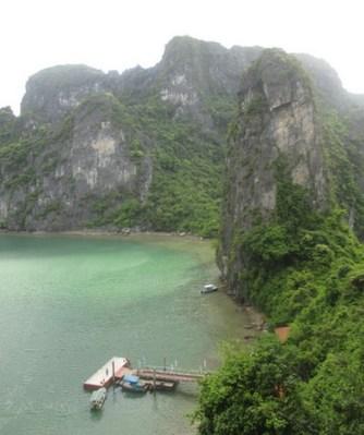 vue depuis grotte de la surprise Halong Bay