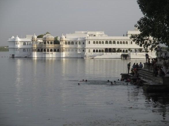 Vue sur le Lake Palace et les baigneurs sur le ghat