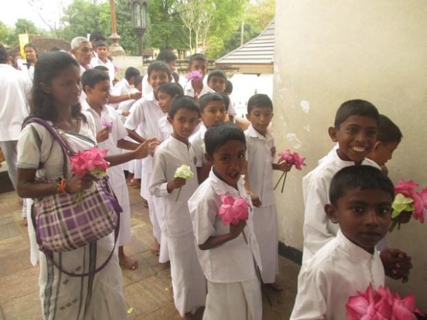 pélerins avec leurs fleurs de lotus temple de la Dent