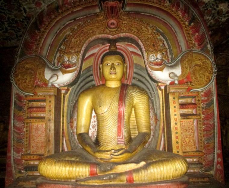 statue rouge et or Rock Temple