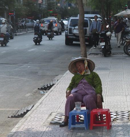 sieste dans la rue Saigon