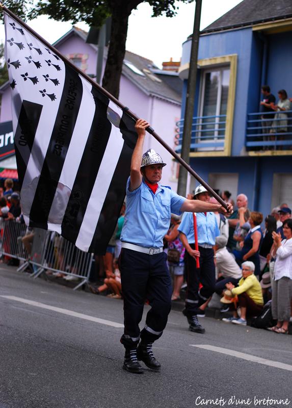 pompier-breton-festival-interceltique-drapeau-gwenn-ha-du