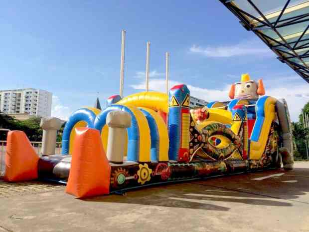 robot-inflatable-obstacle-course