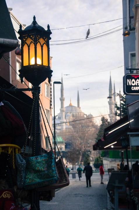 La rue de l'Hôtel Sura menant à la Mosquée Bleue