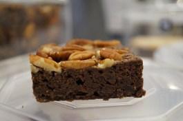 Veganer Brownie mit Pekannüssen.