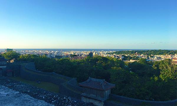 在首里城俯瞰市容