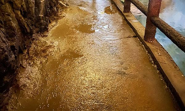 北海坑道步道非常潮濕