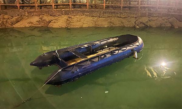 北海坑道 水面上遺棄的橡皮艇