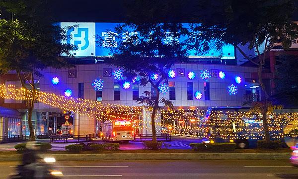 皇家盛典投影在板橋公車站牆上