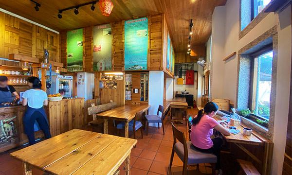 芹沃咖啡烘焙館室內用餐區