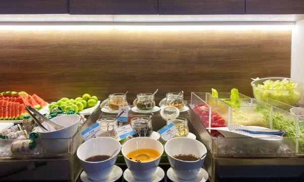 捷絲旅早餐有生菜沙拉和水果