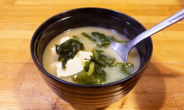 海帶芽和豆腐很多的味噌湯