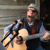 Rod Ragsdale playing his guitar and harmonica at the Plantation Festival 2015