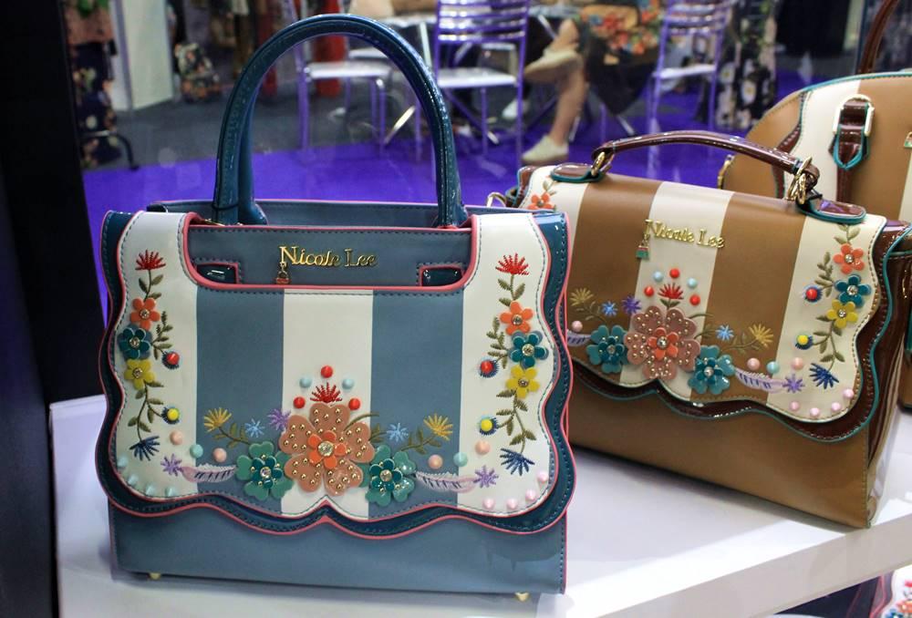 Bolsas com aplicações floral da Nicole Lee, lançamento da Couromoda 2018 - Carol Doria