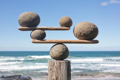 Pierres en équilibre sur du bois flotté